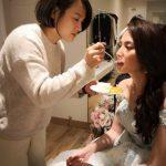 化妝師餵食新娘子